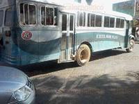 Coatepec, Ver., 16 de abril de 2015.- Tr�fico lento a consecuencia de un choque entre camiones de pasajeros, justo a la altura de la glorieta saliendo de Coatepec, no hubo lesionados s�lo da�os materiales m�nimos, oficiales de Tr�nsito atendieron el percance.