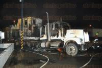 Veracruz, Ver., 21 de abril de 2015.- As� se vio el incendio en la ciudad industrial Bruno Pagliai; las causas del fuego que consumi� a tres tr�ileres son investigadas.