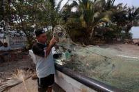 Alvarado, Ver., 21 de abril de 2015.- Pescadores de la zona recorrieron esta ma�ana costas veracruzanas para continuar con la se�alizaci�n de los puntos donde se han hallado manchas de chapopote.