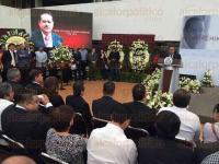 Xalapa, Ver., 24 de abril de 2015.- En las instalaciones de la SEV, el gobernador Javier Duarte, acompa�ado del secretario de Educaci�n, Flavino R�os Alvarado, encabeza un merecido homenaje al maestro Guillermo Z��iga Mart�nez, quien falleciera la noche de este jueves.