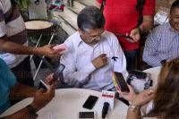 Xalapa, Ver., 24 de abril de 2015.- Este viernes el diputado federal, Uriel Flores Aguayo, en conferencia de prensa inform� que el punto de acuerdo que present� en contra del gasoducto fue aprobado. Por otra parte extern� su p�same por el fallecimiento de Guillermo Z��iga, padre del actual alcalde de Xalapa, del cual dijo, fue un personaje muy digno.