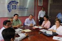 Xalapa, Ver., 24 de abril de 2015.- El diputado local, Cuauhtemoc Pola se reuni� con integrantes del Frente Estatal en Defensa del Instituto de Pensiones del Estado (FEDIPEV) para tratar algunas posibles reformas a la Ley de IPE.
