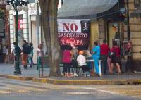 Xalapa, Ver., 24 de abril de 2015.- En la esquina de la calle Enr�quez y Leandro Valle, se instala todos los d�as una mesa receptora de firmas en rechazo al proyecto del gasoducto Emiliano Zapata-Xalapa-Coatepec, promovido por el diputado federal del PRD, Uriel Flores Aguayo.