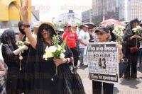 M�xico, DF, 27 de abril de 2015.- Decenas de personas acompa�an a los padres de los 43 normalistas de Ayotzinapa v�ctimas de