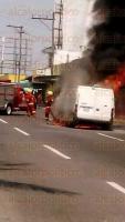 Veracruz, Ver., 26 de abril de 2015.- Se incendi� camioneta entre las calles Xalapa y 7 de junio.