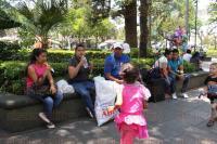 Xalapa, Ver., 26 de abril de 2015.- Ante la oleada de calor que se registra en el Estado la gente sale a la calle a refrescarse.