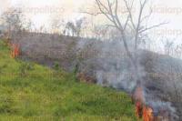 Papantla, Ver. 26 de abril de 2015. -Bomberos, voluntarios y elementos de Protecci�n Civil acudieron al lugar del incendio que  horas mas tarde lograron controlar.