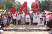 M�xico, D.F, 26 de abril de 2015.- Los padres de los 43 normalistas v�ctimas de desaparici�n forzada colocaron un antimonumento en la avenida de Reforma en la zona conocida como