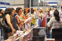 Xalapa, Ver., 26 de abril de 2015.- A pesar del terrible calor que se siente en el Complejo del Omega la gente continua llegando a la sede de la Feria Internacional del Libro Universitario 2015. Los precios de los libros y art�culos que se encuentran a la venta van desde los $15.