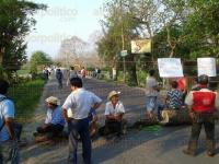 Misantla, Ver., 27 de abril de 2015.- Habitantes bloquean desde temprana hora la carretera estatal Misantla-Mart�nez de la Torre, a altura de