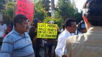 Xalapa, Ver., 27 de abril de 2015.- Inconformes colocaron pancartas afuera de la SAGARPA para denunciar actos de corrupci�n y exigir la salida de un funcionario.