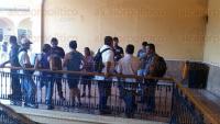 Coatepec, Ver., 28 de abril de 2015.- Expolic�as municipales, llegaron al Palacio Municipal a exigir que sean liquidados conforme a Derecho ya que no est�n de acuerdo en la cantidad que les fue dada.