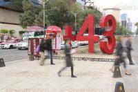 M�xico, DF, 27 de abril de 2015.- Miles personas pasan por el cruce de la avenida Reforma, Ju�rez y Bucareli, ahora con el antimonumento +43 que exhorta a los mexicanos a no olvidar la �desaparici�n forzada� de los normalistas de Ayotzinapa y la ejecuci�n de 3 personas m�s, el pasado 26 de septiembre en Iguala, Guerrero.