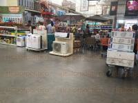 Xalapa, Ver., 27 de abril de 2015.- Arrasan con los ventiladores en los centros comerciales; hay familias que llevan m�s de 5 ventiladores en sus carritos.