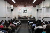 Xalapa, Ver., 27 de abril de 2015.- Se present� el libro �Reforma Electoral 2014: Reflexiones�, en el auditorio del IEV.