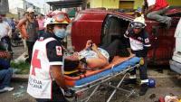 Veracruz, Ver., 28 de abril de 2015.- En las calles Constituyentes y Ju�rez se registr� un fuerte choque entre dos camionetas que termin� en volcadura; al sitio llegaron los cuerpos de auxilio y la Polic�a.
