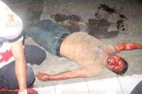 Veracruz, Ver., 3 de mayo de 2015.- Los atacantes corrieron y uno se meti� hacia las calles de �rsulo Galv�n y Abasolo. Hasta ah� lleg� una turba de gente, quienes le propinaron diversos golpes a uno de los agresores, pues su c�mplice escap�.