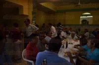 Veracruz, Ver., 3 de mayo de 2015. En el marco de los festejos del D�a del Alba�il o de la Santa Cruz, agremiados al Sindicato de Trabajadores de la Construcci�n adherido a la CTM, participan en una comida aunque admiten que la situaci�n es dif�cil y no tienen empleo.