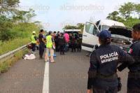 Las Choapas, Ver., 3 de mayo de 2015.- Veinte estudiantes, algunos de origen extranjero y de diversas nacionalidades, que viajaban a bordo de una camioneta tipo vagoneta con destino al estado de Chiapas, se accidentaron sobre la autopista Las Choapas-Raudales.