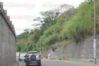 Xalapa, Ver., 4 de mayo de 2015.- Con las lluvias que se han presentado en la ciudad se cay� una parte del muro que sostiene tierra en la lateral del puente Macuilt�petl, de la colonia Revoluci�n por lo que este lunes realizan trabajos de reparaci�n.