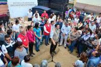 Xalapa, Ver., 4 de mayo de 2015.- La secretaria de Protecci�n Civil, Yolanda Guti�rrez Carl�n y el alcalde Am�rico Z��iga entregaron apoyos por la declaratoria de emergencias concedida a Xalapa que ser�n repartidas en 20 colonias para beneficiar a 200 familias.