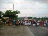 Mart�nez de la Torre, Ver., 4 de mayo de 2015.- Por media hora, habitantes de la comunidad El Taj�n bloquearon la carretera Poza Rica-Mart�nez de la Torre.