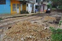 Xalapa, Ver., 5 de mayo de 2015.- Vecinos de la Prolongaci�n Bolivia tuvieron que cooperar para regar piedra caliza, con la finalidad de poder transitar por un terreno menos fangoso.
