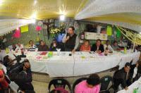 Xalapa, Ver., 5 de mayo de 2015.- Entre peticiones y saludos, el alcalde Am�rico Z��iga se reuni� con locatarios y l�deres sindicales del mercado