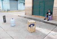 Xalapa, Ver., 22 de mayo de 2015.- A pesar de que ya incrementaron las multas por apartar lugares en la v�a p�blica, ciudadanos contin�an con la pr�ctica, utilizan desde piedras hasta garrafones.