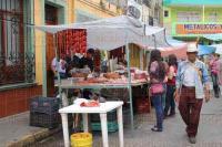 Xalapa, Ver.- 22 de mayo de 2012.- Comerciantes del Mercado Galeana se instalan en la calle de Abasolo, despu�s del incendio registrado en las instalaciones.