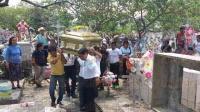 Cuitl�huac, Ver., 22 de mayo de 2015.- Alrededor de las 14:30 horas parti� el cortejo f�nebre hacia el pante�n municipal; cientos de personas acompa�aron a la familia Borbonio para dejar al exalcalde hasta su �ltima morada.