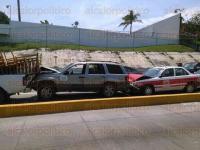 Boca del R�o, Ver., 23 de mayo de 2015.- Al accidente registrado sobre el bulevar Miguel Alem�n entre seis veh�culos acudieron elementos de Tr�nsito y Vialidad para asegurar la zona.