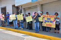 Xalapa, Ver., 24 de mayo de 2015.- Integrantes del Movimiento de Unidad Popular, llegaron a manifestarse afuera de la sede estatal de PAN, en contra del gobernador de Puebla, Rafael Moreno Valle a quien esperaron hasta su salida para gritarle todo tipo de consignas.