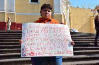 Xalapa, Ver., 25 de mayo de 2015.- Cindy Jim�nez S�nchez, hija de Gregorio Jim�nez se manifest� en Plaza Lerdo para pedir al Gobierno del Estado que cumpla con lo que le prometi� cuando sucedi� el asesinato de su padre.