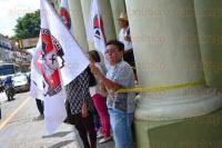 Tolentino, se amarraron a los pilares de Palacio de Gobierno para exigir la investigaci�n de los candidatos pri�stas a la diputaci�n federal a quienes acusan de enriquecimiento il�cito.