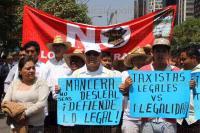 M�xico, DF., 25 de mayo de 2015.- Decenas de taxistas de la Ciudad de M�xico marchan sobre la avenida Reforma para demandar al gobierno defe�o no permitir que UBER otorgue servicio de taxi, ya que viola la ley de movilidad.