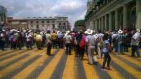 Xalapa, Ver., 25 de mayo de 2015.- Integrantes de la Central de Organizaciones Campesinas y Populares (COCYP) se manifiestan bloqueando la calle Enr�quez.