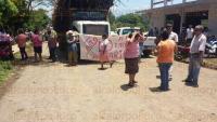 Tezonapa, Ver., 25 de mayo de 2015.- Extrabajadores del Instituto Nacional de Investigaciones Forestales Agr�colas y Pecuarias (INIFAP) y campesinos del ejido Manzanares bloquearon la carretera estatal a Laguna Chica, impidiendo al personal realizar su trabajo.