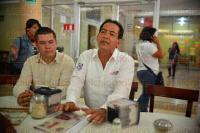 Xalapa, Ver., 25 de mayo de 2015.- Ofrecen conferencia los candidatos a diputados federales Adri�n V�zquez y Ulises Chama. Estuvieron acompa�ados por el dirigente municipal del PAN, Fernando M�rquez.