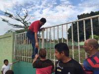 Veracruz, Ver., 25 de mayo de 2015.- Durante la gresca, un se�or salt� la barda para abrir, provocando una discusi�n en las puertas del plantel que sorprendi� a transe�ntes y estudiantes.