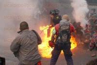 M�xico, DF., 26 de mayo de 2015.- Manifestantes se enfrentan contra polic�as antimotines tras culminar el mitin en el Hemiciclo a Ju�rez, en el octavo mes de la desaparici�n de los 43 normalistas se Ayotzinapa. Padres de los normalistas se deslindan de los hechos violentos.