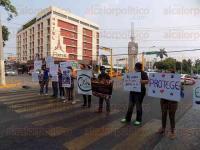 Poza Rica, Ver., 26 de mayo de 2015.- Por caso de zoofilia, en la colonia Morelos, los activistas de la asociaci�n civil �Do Por la Naturaleza� manifestaron su rechazo durante la tarde de este martes, en el bulevar Adolfo Ruiz Cortines.