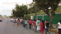 Poza Rica, Ver., 27 de mayo de 2015.- Padres de familia de la Secundaria �T�cnica 75�, marcharon al Palacio Municipal para exigir m�s aulas para el plantel; esperan la llegada del gobernador, Javier Duarte, quien visitar� este mi�rcoles el municipio.