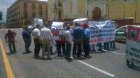 Xalapa, Ver., 27 de mayo de 2015.- Como medida de presi�n, los integrantes de FROSEV que se manifestaban en Plaza Lerdo bloquean la vialidad en la calle Enr�quez.