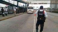 Xalapa, Ver., 27 de mayo de 2015.- Polic�a Vial implementa operativo en L�zaro C�rdenas frente a Plaza Crystal para agilizar circulaci�n en la zona; retiran taxistas mal estacionados, la tarde de este mi�rcoles.