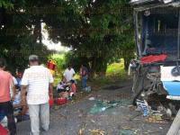 Tres Valles, Ver., 27 de mayo de 2015.- Un autob�s que viajaba hacia Los Naranjos, colision� con una carreta ca�era; los heridos fueron llevados al Hospital General y a la cl�nica del IMSS de Tierra Blanca.