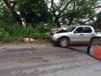 Santiago Tuxtla, Ver., 27 de mayo de 2015.- Un muerto y un lesionado dej� choque entre motocicleta y camioneta Explorer, sobre la carretera federal 180, en el tramo Santiago Tuxtla-�ngel R. Cabada, a la altura de la curva conocida como �El Picayo�.