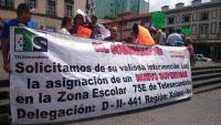 Xalapa, Ver., 28 de mayo de 2015.- Profesores de la zona escolar 75E Telesecundarias bloquearon la vialidad en la calle Enr�quez para exigir la asignaci�n de un nuevo supervisor escolar, pues rechazan a Guadalupe Herrera.