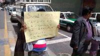 Xalapa, Ver., 28 de mayo de 2015.- 12 personas de Minatitl�n, lideradas por Alberto Rivas Bueno, de la Asociaci�n Independiente de Taxistas, bloquearon la calle Zaragoza y Leandro Valle; solicitan di�logo con el titular de Seguridad P�blica.