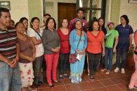 Xalapa, Ver., 28 de mayo de 2015.- Vecinos de la colonia Rotaria se manifestaron en la Presidencia del Palacio Municipal para solicitar la pavimentaci�n de la calle Pocitos, donde fueron atendidos por funcionarios del Ayuntamiento.